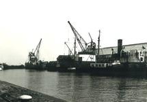 Binnenvaartschepen en een klein zeeschip in de haven van Terneuzen. Op...