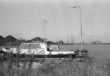 Peilboot H.T. 1 aan het steigertje in de Zuiderkanaalhaven. Links zijn...