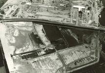 Onderaan de foto het opspuiten van het terrein Pechiney 1, in het...