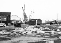 Trein op de kade aan de Noorderkanaalhaven. Aan de kade ligt een...