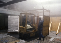Loswerkzaamheden met heftruck in het ruim van een zeeschip in de haven...