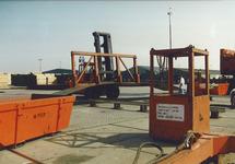 Overslagactiviteiten van platen staal aan de Sloekade bij de N.V....