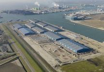 Luchtfoto nieuwgebouwde loodsen van Verbrugge Terminals aan de...