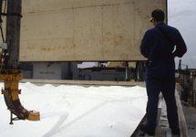 Laden van een binnenvaartschip met kunstmest. Waarschijnlijk bij Hydro...