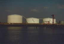 Tankterminal van OTV aan de Buitenhaven van Vlissingen.