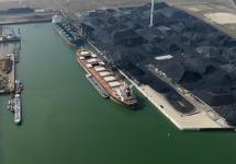 Luchtfoto recent opgeleverde nieuwgebouwde kade B in de Kaloothaven te...