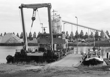 Werkschip van Rijkswaterstaat ligt naast peilboot H.T. 1 in de...