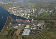 Autichehaven met vestigingen van Mammoet en Vlaeynatie. Op de...