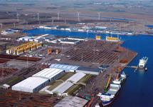 Opslag onderdelen windmolens bij Verbrugge Terminals aan de...