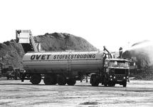Vrachtwagen met watertank bij Ovet aan de Massagoedhaven, ter...