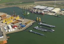 Binnenvaartsteiger bij de Westhofhaven en BOW terminal voor monopiles...