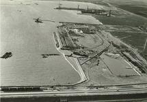 In het midden van de foto de bouw van de openbare kademuur, bestek nr....