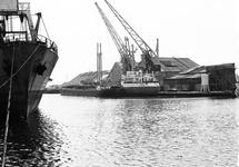 Schepen in de Zuiderkanaalhaven bij de loodsen van Aug. de Meijer.