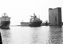 Zeeschepen in de Zevenaarhaven. Rechts de betonnen graansilo.