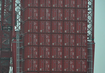 Containers als contragewicht van de opgebouwde kraan op de terminal...