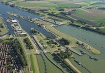 Sluizencomplex in Terneuzen. Links is nog een deel van de binnenstad...