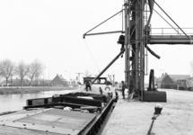 Overslag in een binnenvaartschip in zijkanaal C naar de Axelse...