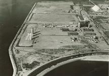 Overzicht van de bouw van de Trivera fabriek van Hoechst. Op de...
