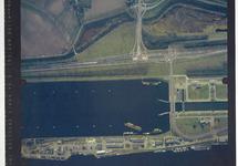 Verticale luchtfoto havengebied Terneuzen bij de zeesluis.