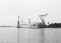 Lossen van een zeeschip met drijvende kranen aan de terminal van Ovet...
