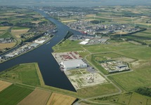 Autrichehaven met deel van het kanaal Gent-Terneuzen. Terneuzen ligt...