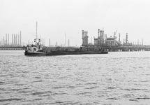 Binnenvaartschip in de Braakmanhaven bij Dow Chemical.