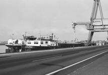 Het laden van binnenvaartschepen aan de kade bij de Nederlandse...