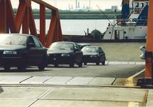 Het lossen van nieuwe auto's aan het autoponton aan de Sloekade.