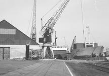 Het lossen van zeeschip Atlantic Pioneer bij Aug. de Meijer aan de...