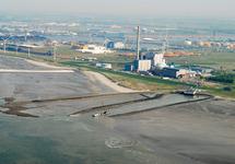 Kerncentrale en kolencentrale te Vlissingen-Oost.