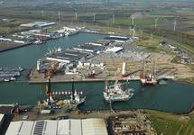 Offshore werkschepen in de Westhofhaven.