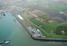Terreinen aan de oostzijde van de Buitenhaven. De opslagtanks zijn van...