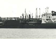 Schip aan het steiger van Dow Chemical in de Braakmanhaven.