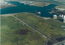 Luchtfoto braakliggende terrein tussen Pechiney en Eurogas aan de...