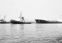 Zeeschip British Avon met sleepboten op het kanaal ter hoogte van...