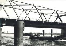 Binnenvaartschip onder de brug van Sas van Gent.