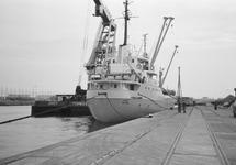 Zeeschip met drijvende kraan van Ovet langszij in de...