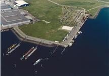 Luchtfoto wachtsteigers voor de binnenvaart in de Quarleshaven en kade...