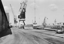 Het laden van binnenvaartschepen in de Zuiderkanaalhaven.
