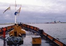 Binnenvaartschip in de Van Cittershaven. Rechts de loods van Heerema...