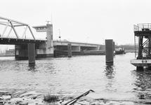 Binnenvaartschip vaart onder brug Sluiskil.