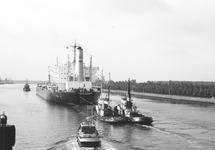 Zeeschip Cerro Bolivar met sleepboten op het kanaal bij brug Sluiskil.