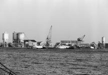 Zuiderkanaalhaven met de vestiging van bouwmaterialenhandel De Hoop.