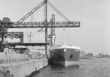 Zeeschip aan de kade bij Zuid-Chemie aan de Westkade te Sas van Gent.