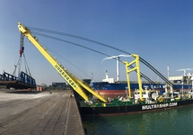 De geconserveerde ponton uit de Buitenhaven wordt door de Cormorant...