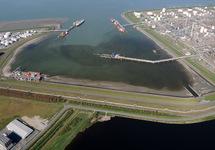 Braakmanhaven met steigers van DOW