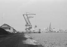 Overslag met drijvende kraan 7 van Ovet in een zeeschip aan de...
