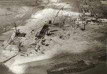 Links bouw zeekademuur Pechiney met daarachter bouw fabriekshallen...