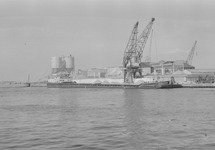 Binnenvaartschip aan de kade van de Zuiderkanaalhaven bij...