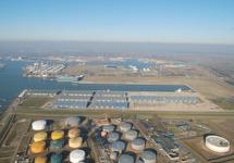 Luchtfoto verlengde Scaldiahaven met op de voorgrond Total.